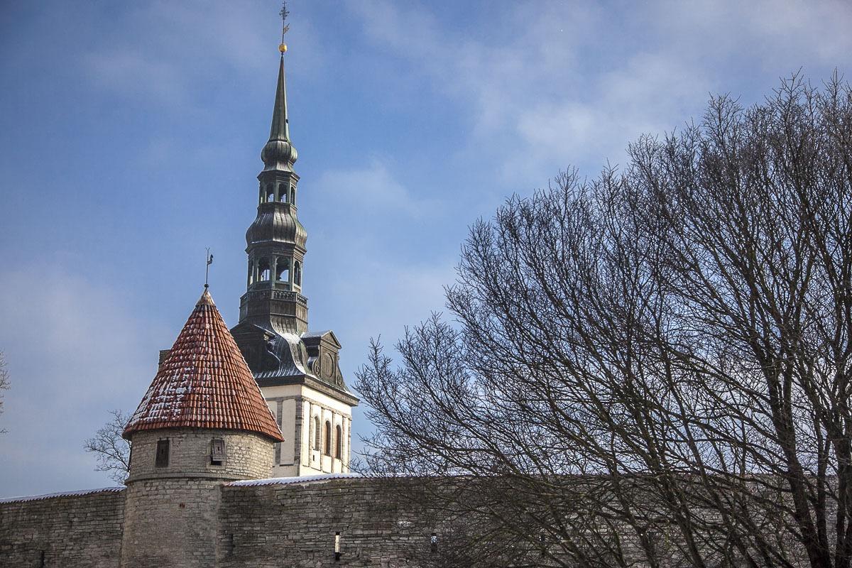 Nigulisten kirkko ja vanhan kaupungin muureja Tallinna