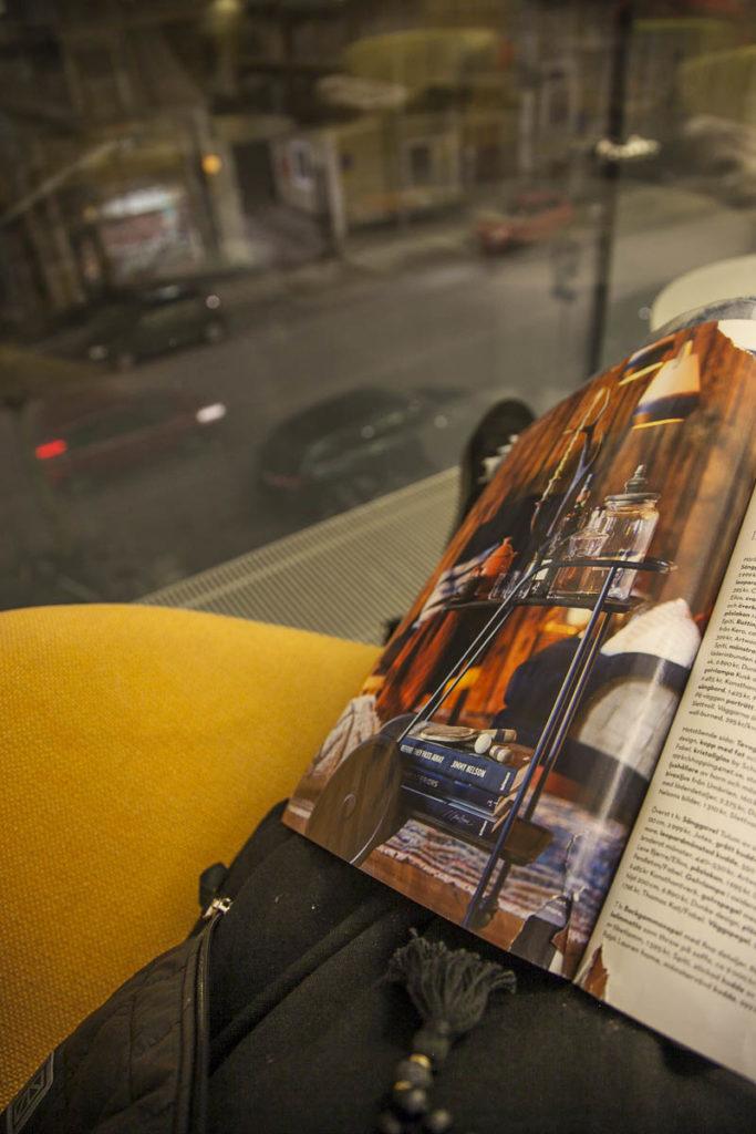 Sisustuslehti ja nojatuoli kirjasto turku