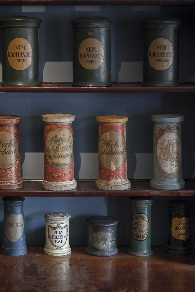 Vanhimpia purkkeja Apteekkimuseossa