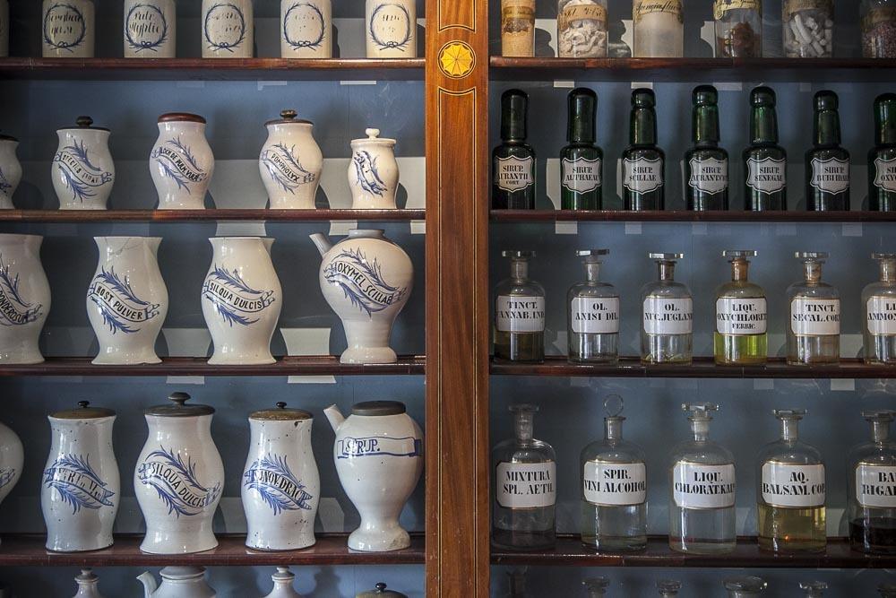 Upeat purkkirivistöt apteekkisalin seinämillä