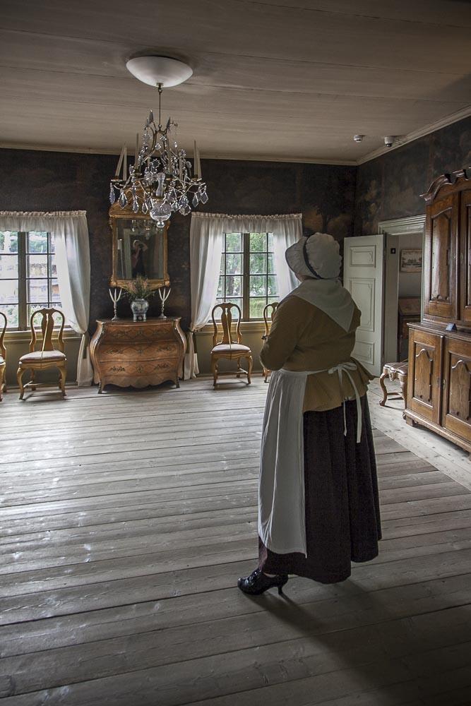 Oppaiden ihanat vanhanaikaiset asut Apteekkimuseossa