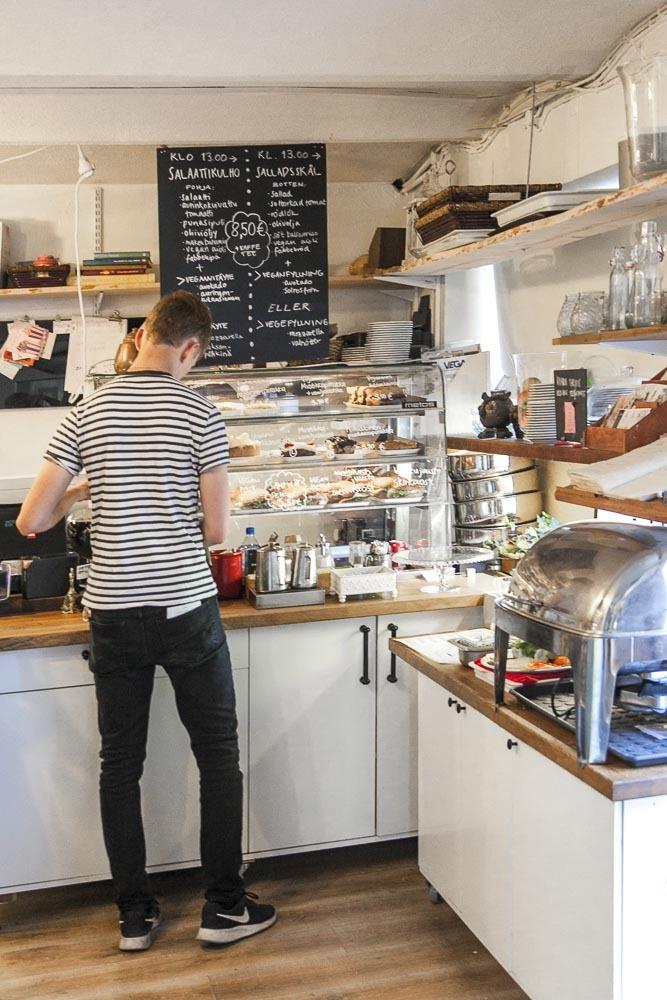 Aamupala Fabbes kahvilassa Piispankadulla Turussa