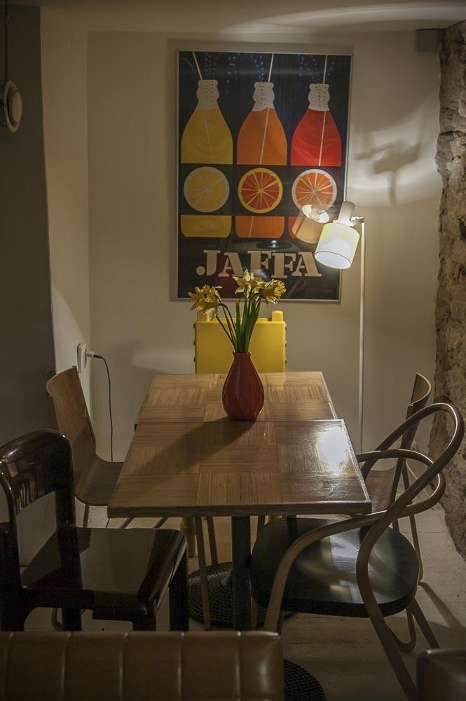 Kohvik August tarjoilee silmänruuaksi paljon suomalaista designia Marimekosta Erik Bruunin grafiikkaan