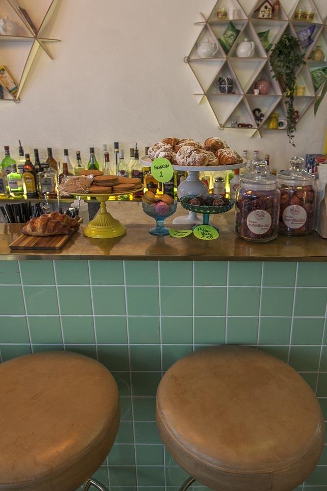 Kohvik August Tallinnan vanhassa kaupungissa on ihana retrohelmi