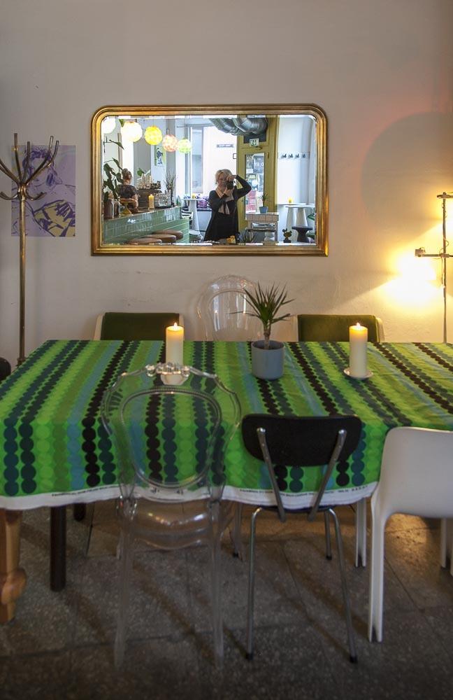Kohvik August Tallinnassa tarjoaa aamiaista, mutta on myös ravintola, baari, kahvila ja klubi