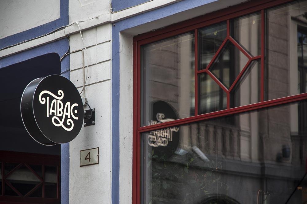 Kannattaa pysähtyä, kun näkee tämän kyltin: ravintola Tabac Tallinnan vanhassa kaupungissa