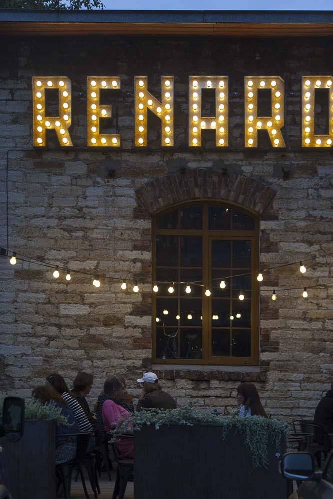 OneSixty ravintolan seinässä on Renard-kyltti