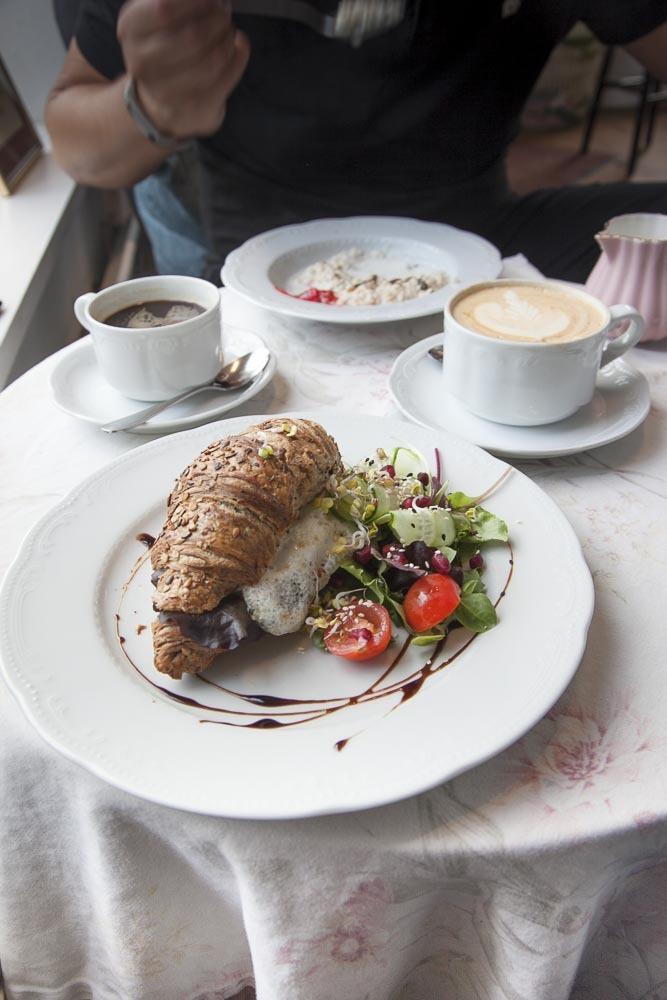 Ristikheina kahvilan aamianen lähellä telliskiveä Tallinnassa