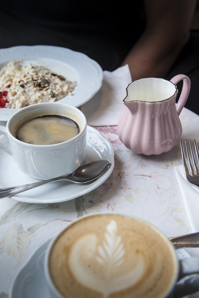 Puuroa ja kahvia Ristikheina kahvilassa