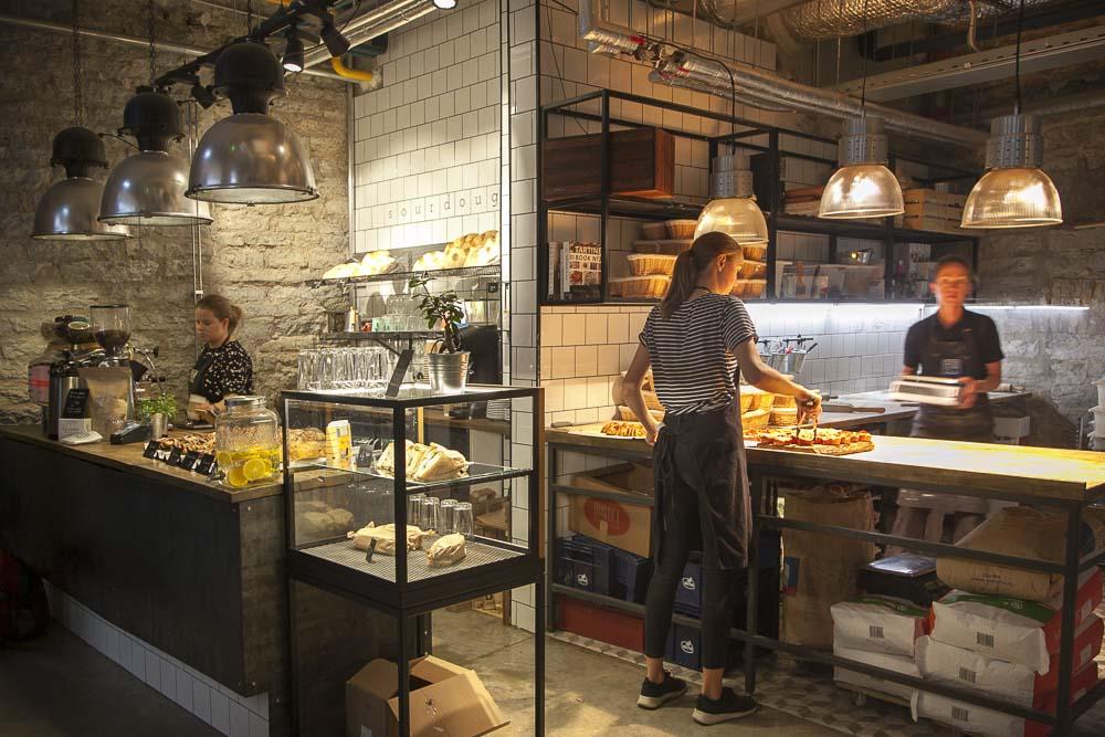 Røst-leipomosta voit ostaa leipää mukaan tai syödä paikan päällä