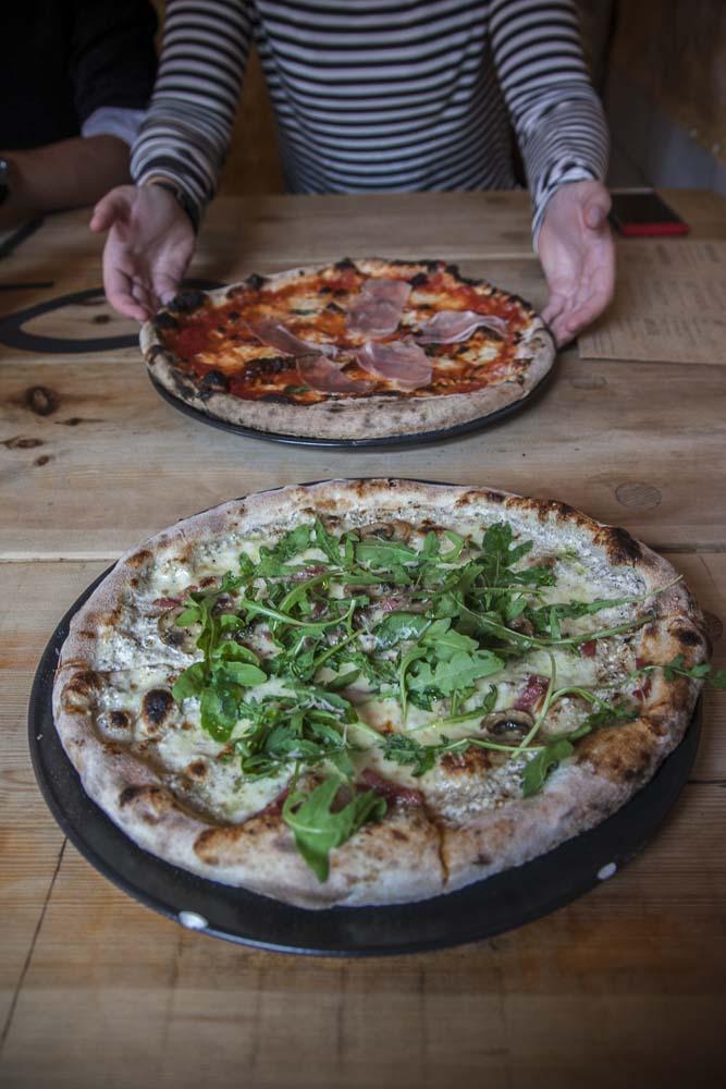 kaja pizzan tryffelipizza tulee pöytään
