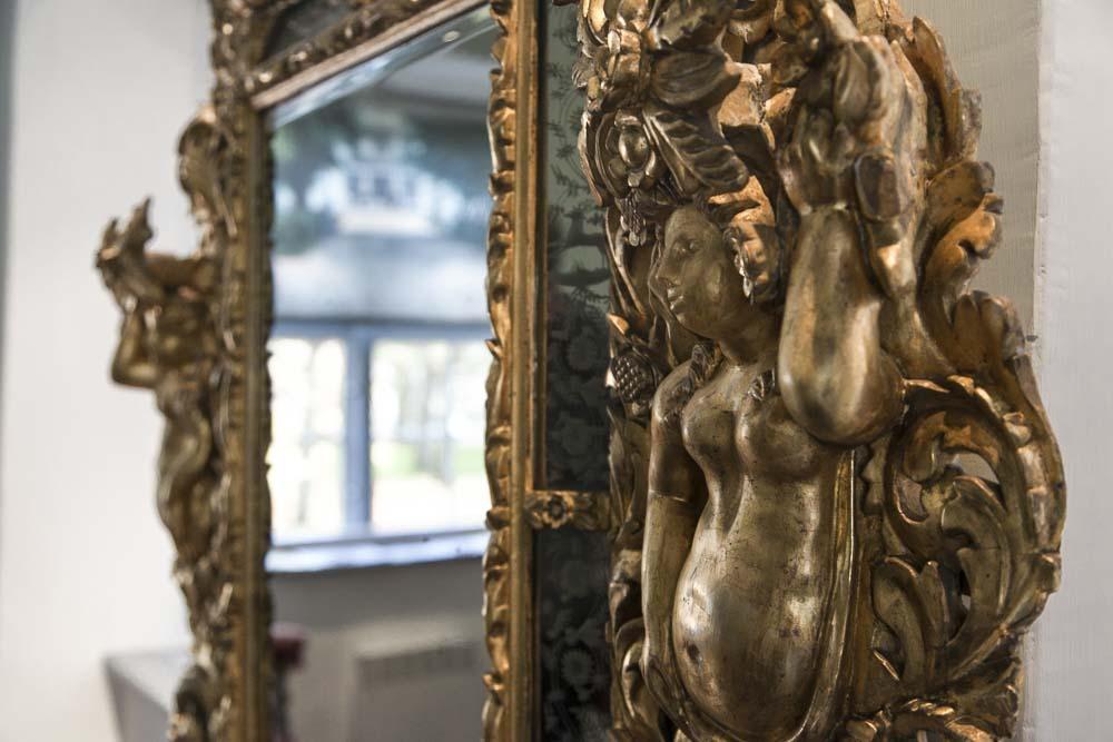 Kullattu peilin kehys pietari suuren talomuseossa