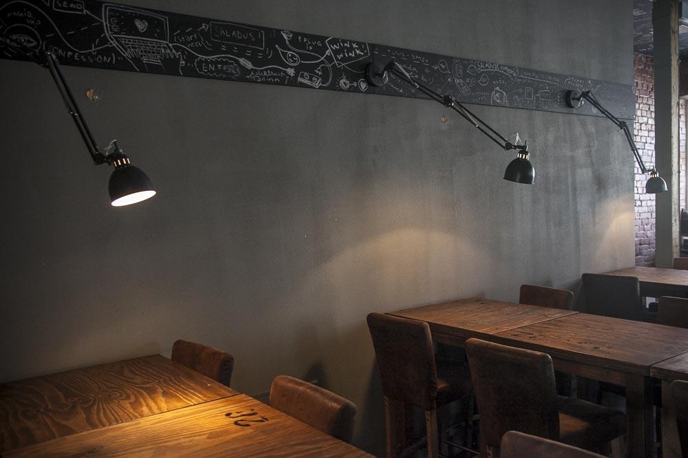 Hienot valot pööbel ravintolan seinällä