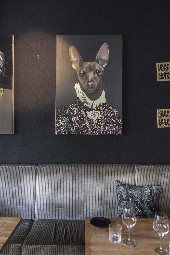 Tabula rasa ravintolan seinällä on koiratauluja