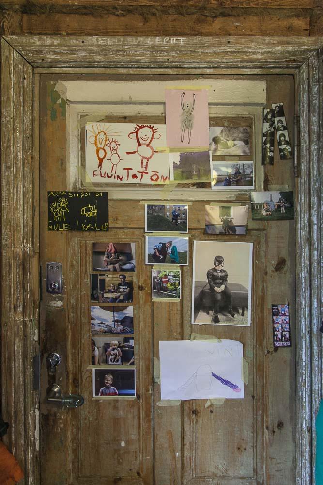 Ovi täynnä kuvia flo kasearun kodissa