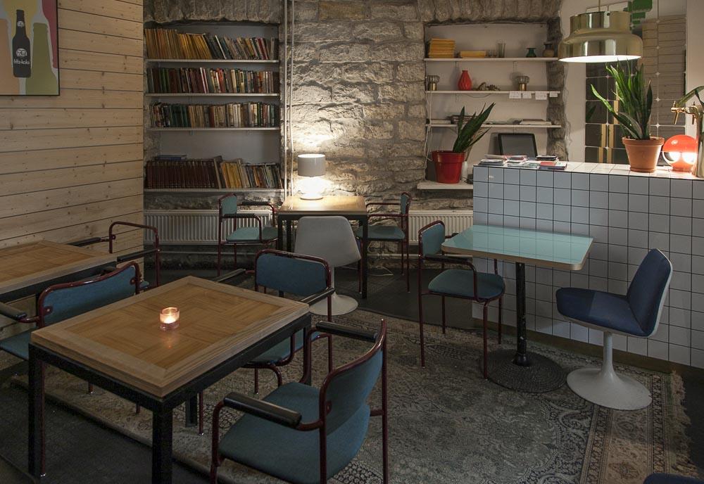 Hauskasti sisustettu kahvila ja ravintola must puudel tallinnassa