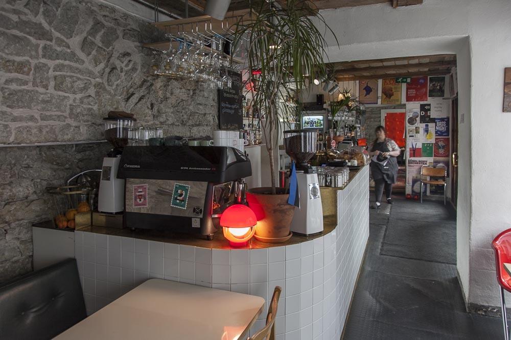 must puudel ravintolan sisääntulo ja baaritiski