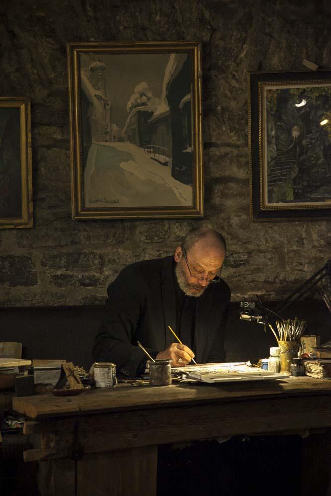 Ichthus art studion taiteilija työssään