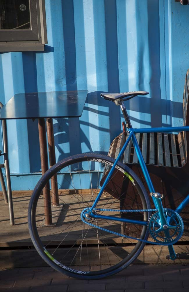 Telliskivi ja sininen polkupyörä