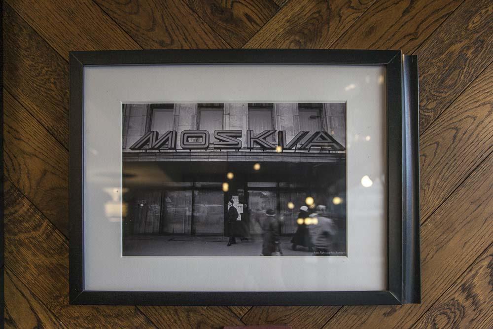 Vanha kuva Wabadus-kahvilan seinällä
