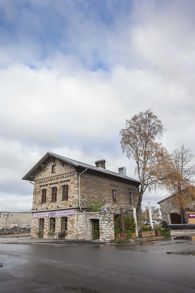 Ravintola Annon talo Tallinnan sataman D-terminaalin lähellä