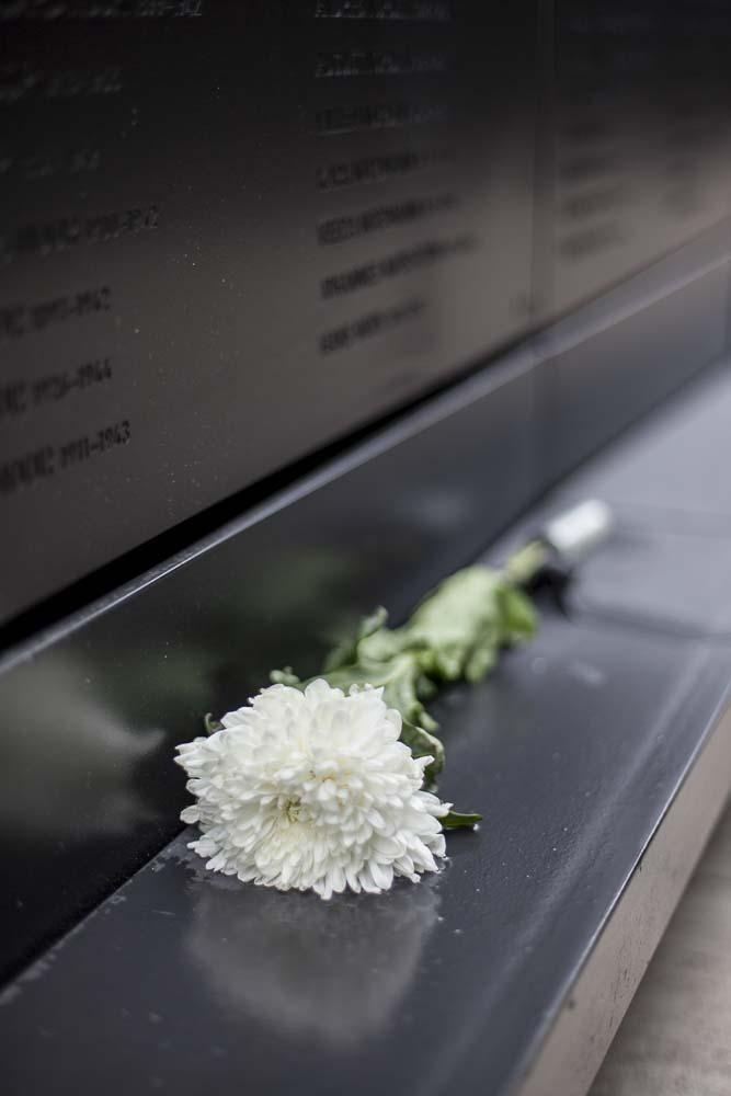 Ihmiset jättävät kukkia kommunismin uhrien muistomerkille tallinnassa