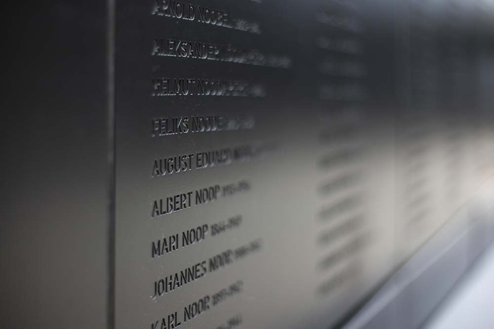 Nimiä kommunismin uhrien muistomerkillä