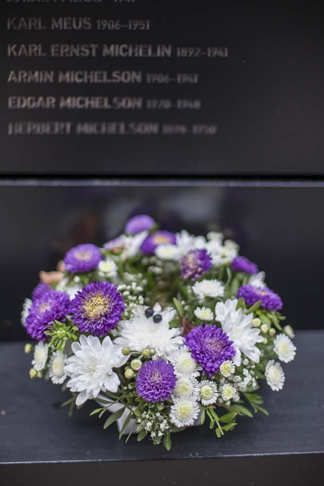 Kukkia marjamäen muistomerkillä