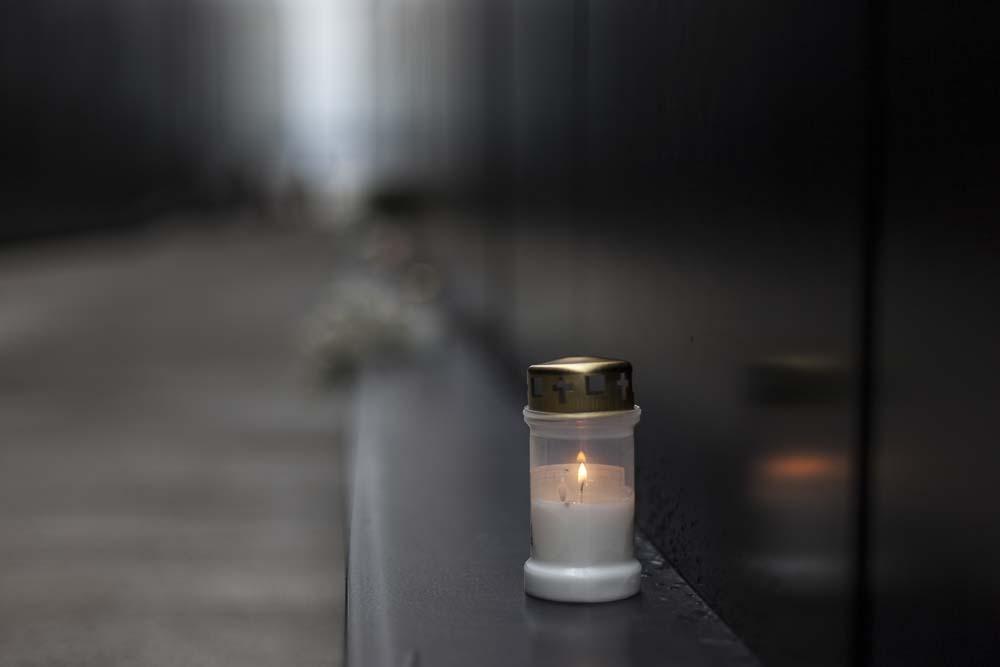 Kynttilä palaa kommunismin uhreille