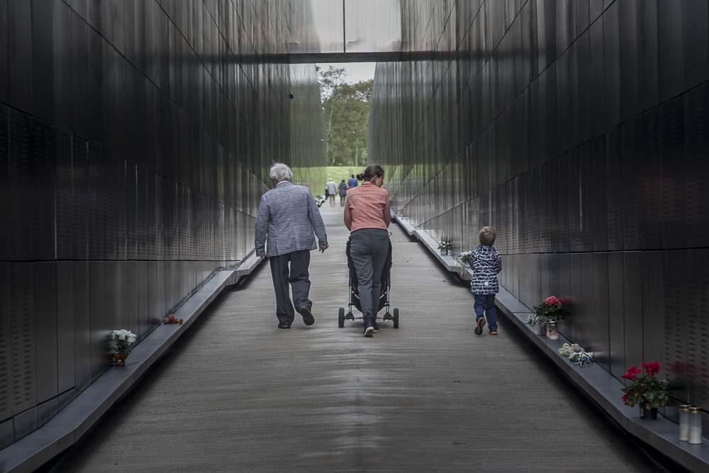 Kolme sukupolvea kommunismin uhrien muistomerkillä