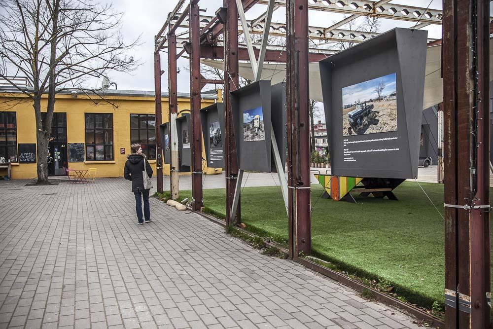 Fotografiska tallinna'n edessä oleva ulkonäyttely