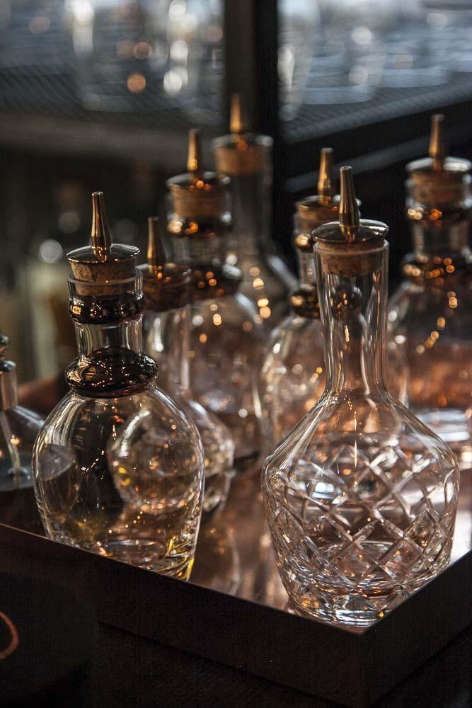 hienoja kristallisia pulloja junimperiumin baarissa