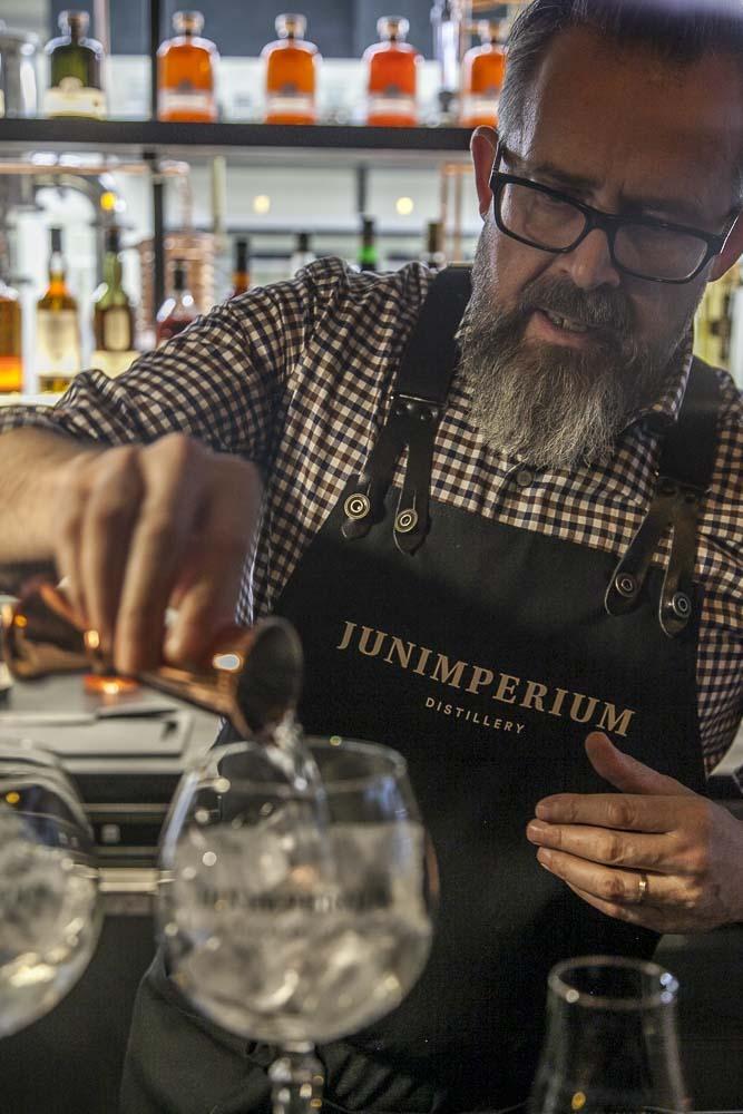 gin tonicin tekoa junimperium tislaamossa