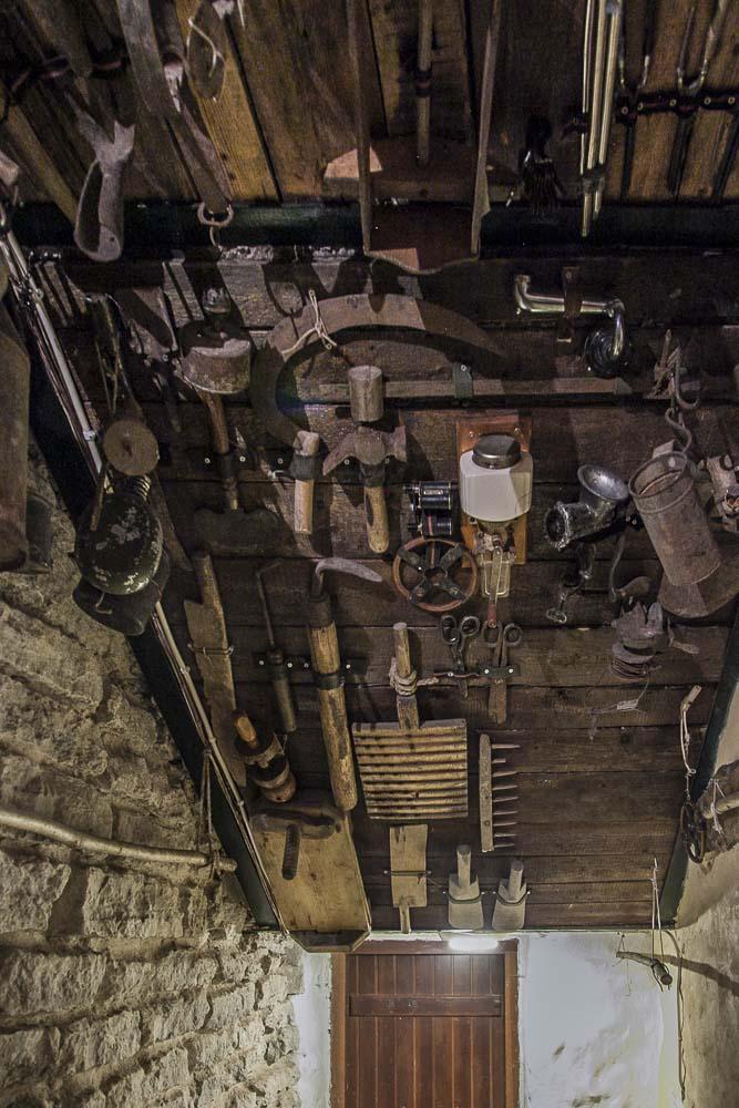 Työkaluja laboran seinällä