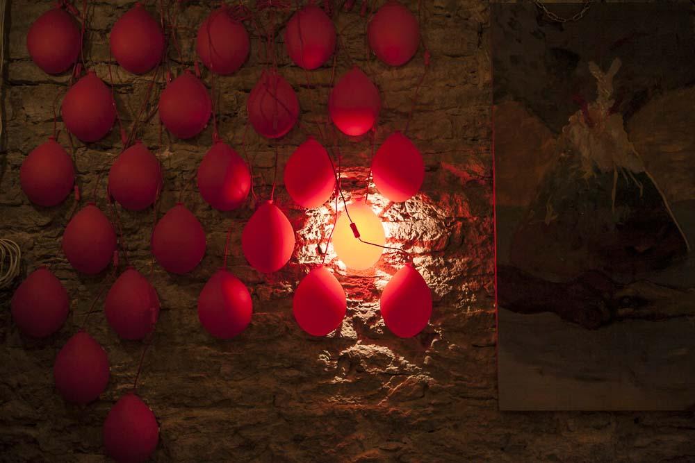 Ilmapallolamppuja Nãganagan seinillä