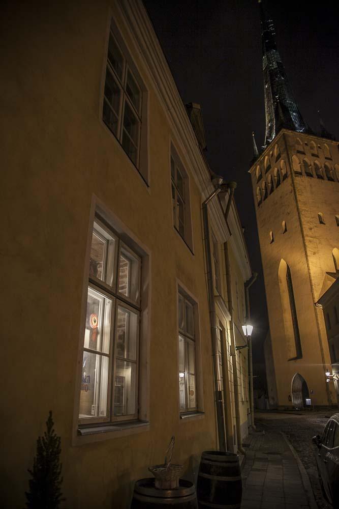 Pan y vino Olevisten kirkon vieressä Tallinnassa