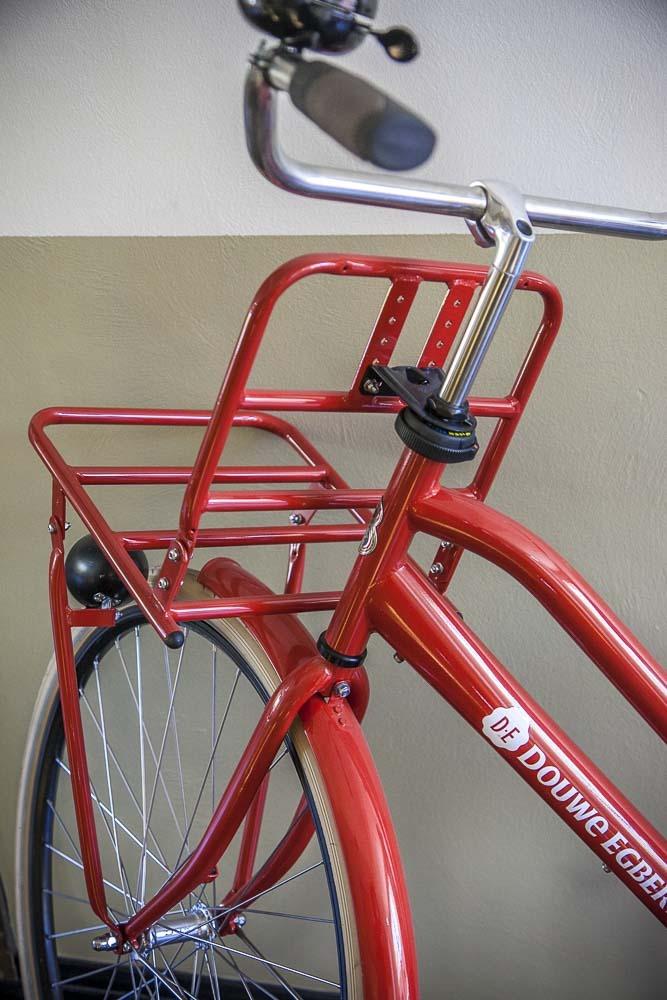 Punainen polkupyörä OBMJ-ravintolan eteisessä