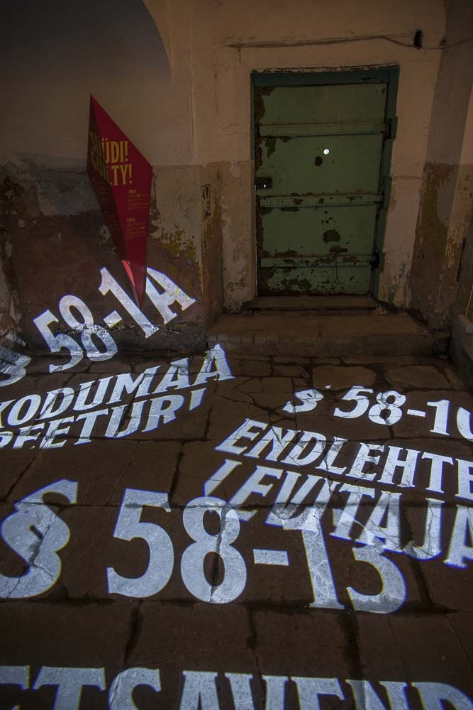 Hieno valoinstallaatio Tallinnan kommunismi-näyttelyssä