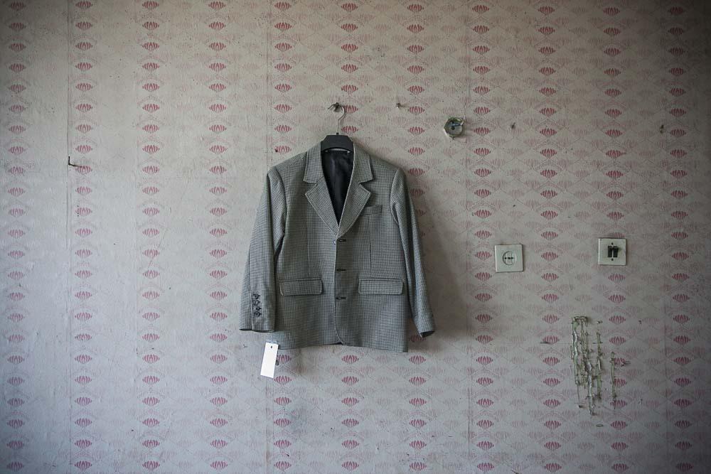 takki riippuu teollisuushallin seinällä pohjalan tehtaalla