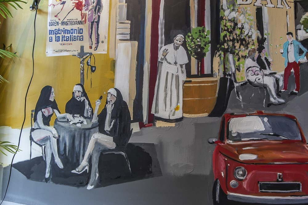 Paavi kurkkii nunnia Pomo-ravintolan seinällä