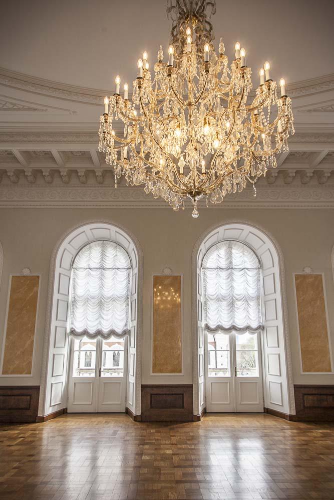 Parlamenttitalon valkoinen sali Tallinnassa
