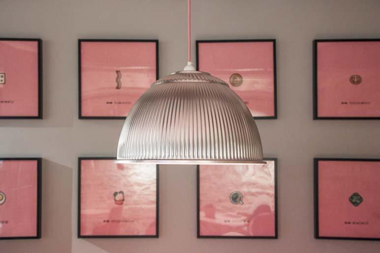 Vaaleanpunainen kahvila tallinnassa